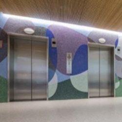 Antibakteriális mozaikkal kirakott lift előtér
